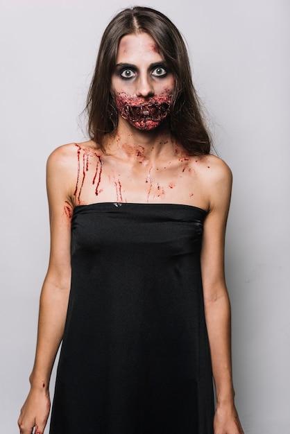 Modèle spooky en robe noire Photo gratuit