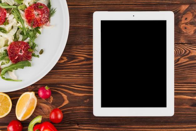 Modèle de tablette plat laïque avec de la nourriture mexicaine Photo gratuit
