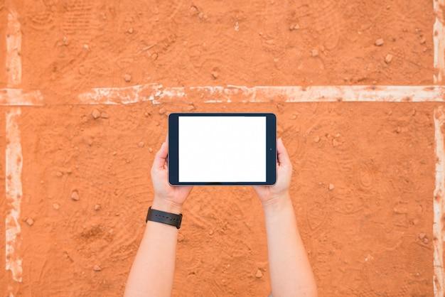 Modèle de tablette présentant femme sportive Photo gratuit