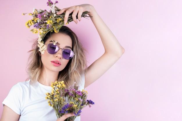 Modèle tenant des bouquets de fleurs Photo gratuit