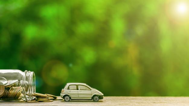 Modèle de voiture miniature grise et des pièces sur une tablette en bois Photo Premium