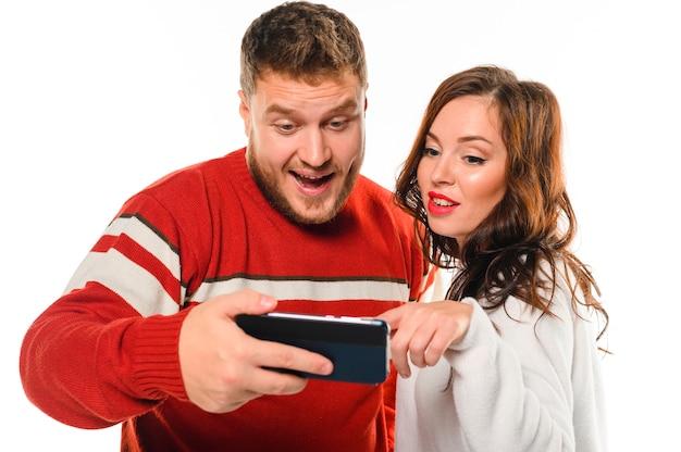 Modèles de noël excités regardant téléphone Photo gratuit