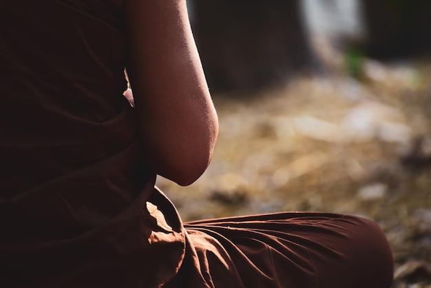 Le moine bouddhiste vipassana médite pour calmer l'esprit en thaïlande. Photo Premium