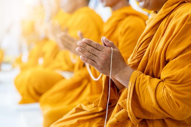 Les moines bouddhistes récitent des rituels bouddhistes Photo Premium
