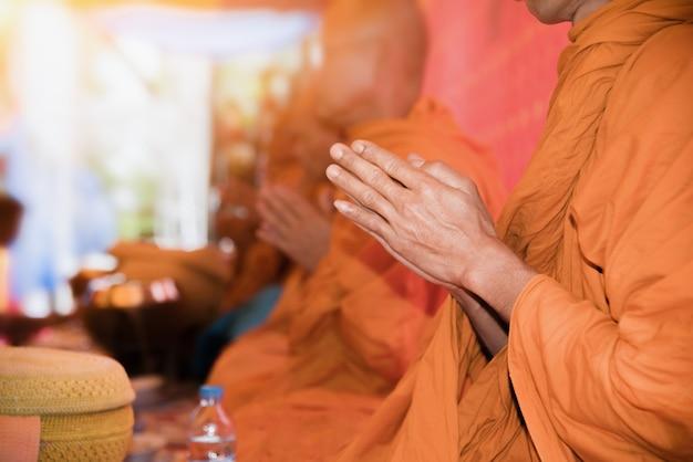 Les moines chantent un rituel bouddhiste, ecclésiastique Photo Premium