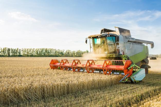 La Moissonneuse-batteuse Récolte Du Blé Mûr. Concept D'une Riche Récolte. Photo Premium