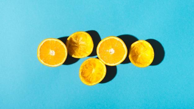 Des moitiés d'oranges pour faire du jus Photo gratuit