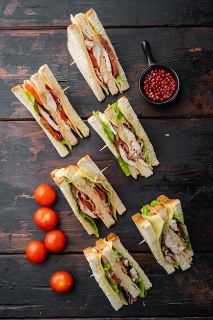 Moitiés De Sandwiches Frais, Sur Fond De Bois Foncé, Vue Du Dessus Photo Premium