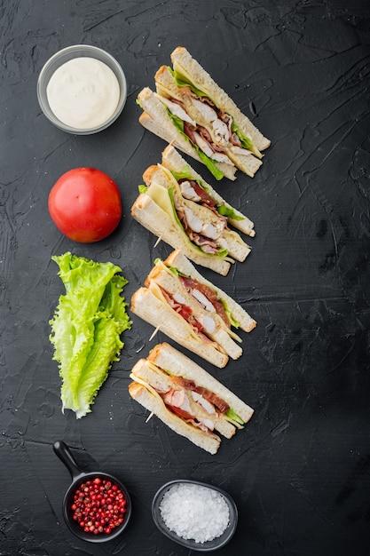 Moitiés De Sandwiches Frais, Sur Fond Noir, Vue Du Dessus Photo Premium