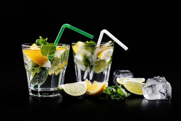 Mojito boisson sans alcool de cocktail dans le verre highball avec de l'eau gazeuse, jus de citron vert Photo gratuit