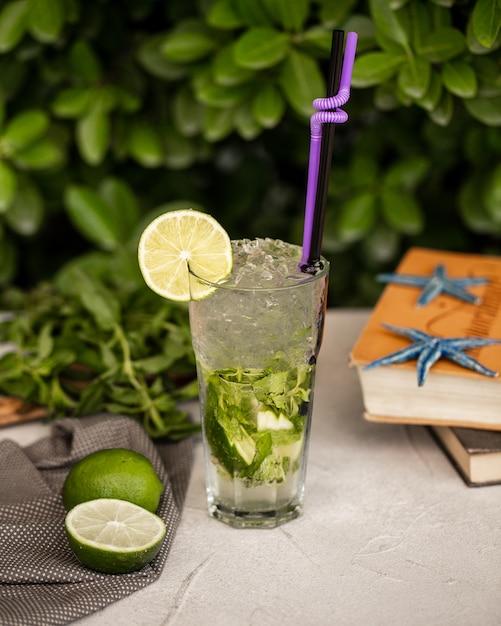 Mojito classique avec glace et citron vert Photo gratuit
