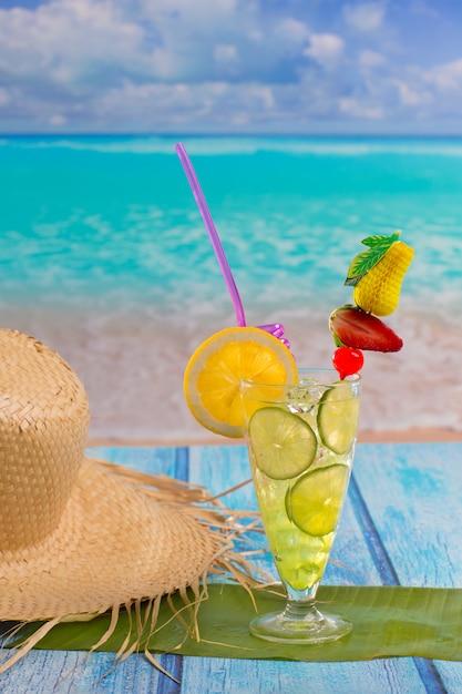 Mojito cocktail citron-lime sur la plage tropicale Photo Premium
