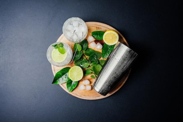 Mojito cocktail. menthe, citron vert, citron, glace et ustensiles de bar. Photo gratuit