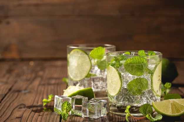 Mojito cocktail sur une table en bois. Photo gratuit