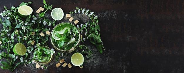 Mojito froid fait maison. feuilles de menthe, citron vert, sucre brun Photo Premium