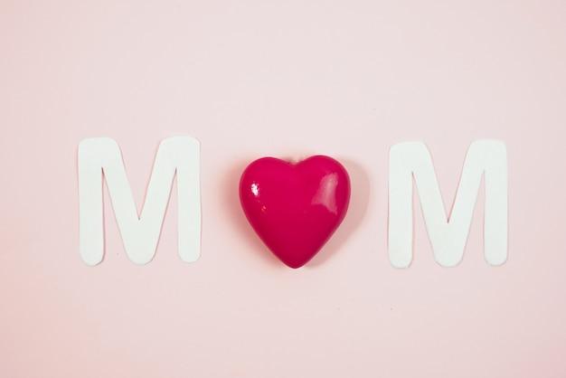 Mom texte avec des coeurs sur fond coloré Photo Premium