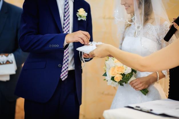 Le moment touchant d'échanger des alliances de mariage Photo Premium