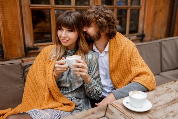 Des Moments. Chilling Couple Amoureux Assis Sur La Terrasse Et Boire Du Café Le Matin Et Prendre Le Petit Déjeuner. Photo gratuit