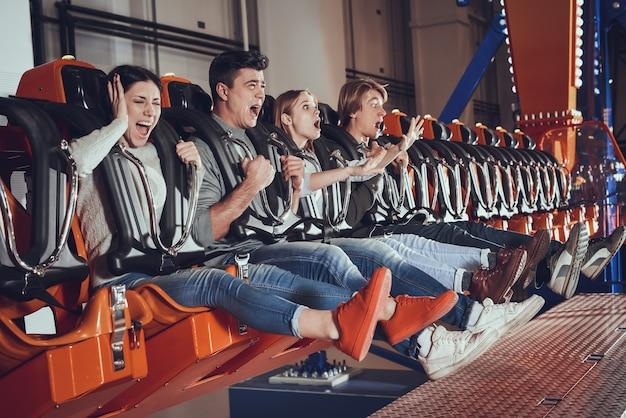 Moments effrayants d'amis dans le lunapark. Photo Premium