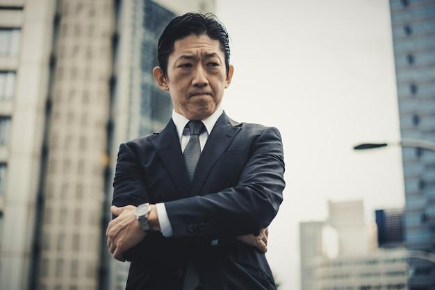 Moments De L'homme D'affaires Senior Dans Les Rues De Tokyo Photo Premium