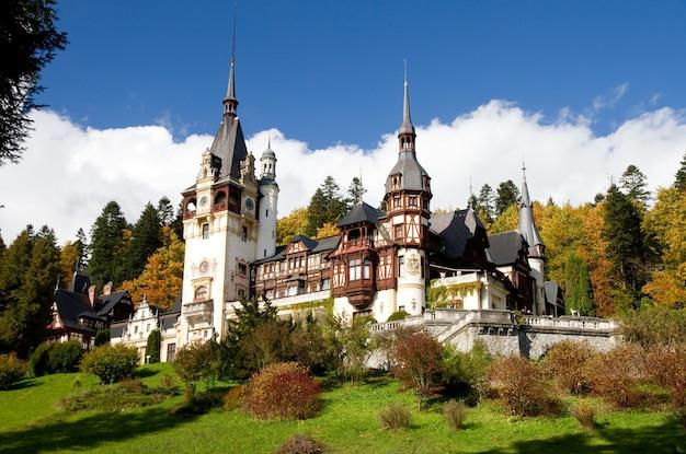 Monastère Historique De Sinaia Entouré D'arbres Verts à Sinaia, Roumanie Photo gratuit
