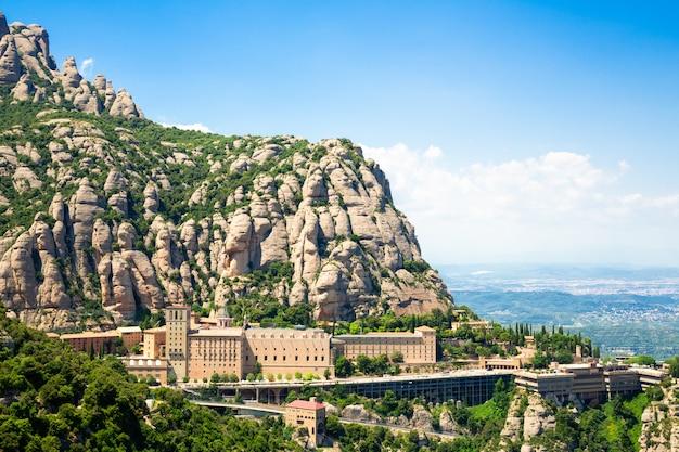 Le monastère de montserrat est situé sur la montagne de montserrat, en catalogne, à barcelone. Photo Premium