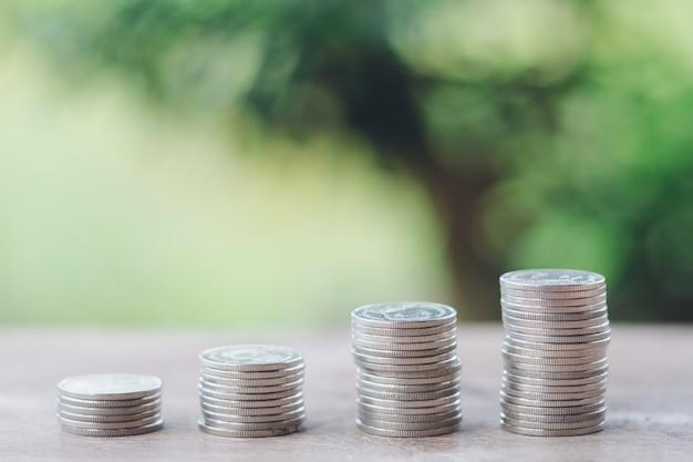 Money, financial, business growth concept, pile de pièces à penser et à planifier. Photo Premium