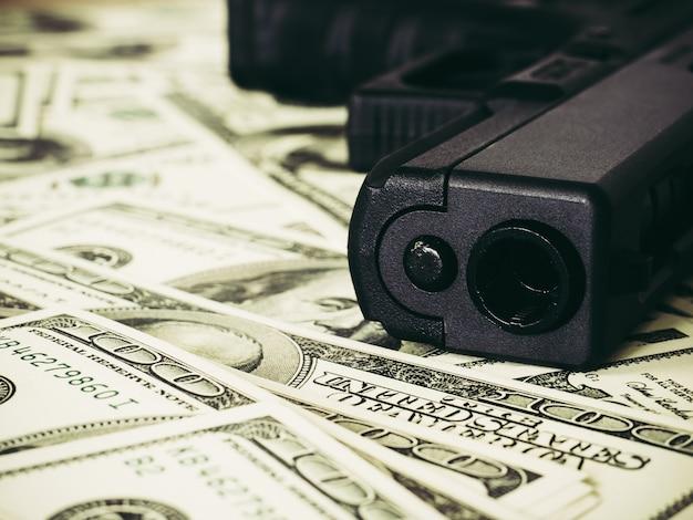 Moneys et le concept de pistolet. Photo Premium