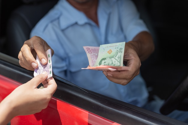 Monnaies main vie payer stationnement passager Photo gratuit