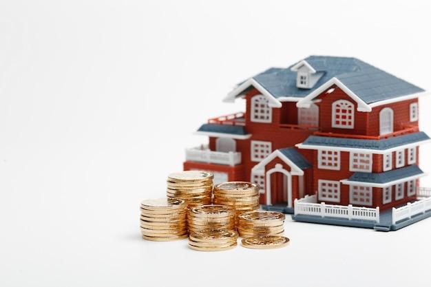 Monnaies rmb empilées devant le modèle de logement (prix de l'immobilier, achat de maison, immobilier, concept hypothécaire) Photo gratuit