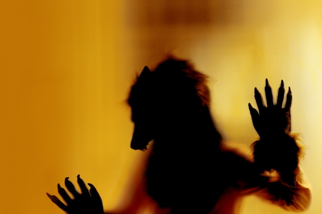 Monstre de renard la nuit d'halloween Photo Premium