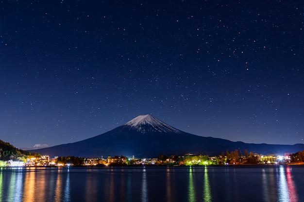 Mont Fuji En Début De Nuit. Photo Premium