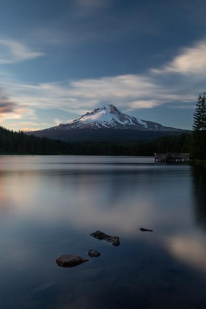 Mont hood au lac trilliuam à portland, oregon Photo Premium