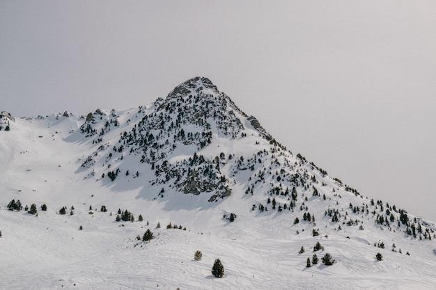 Montagne Au Sommet Enneigé Photo gratuit
