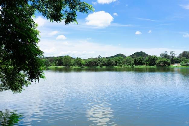 Montagne avec ciel bleu et lac. Photo Premium