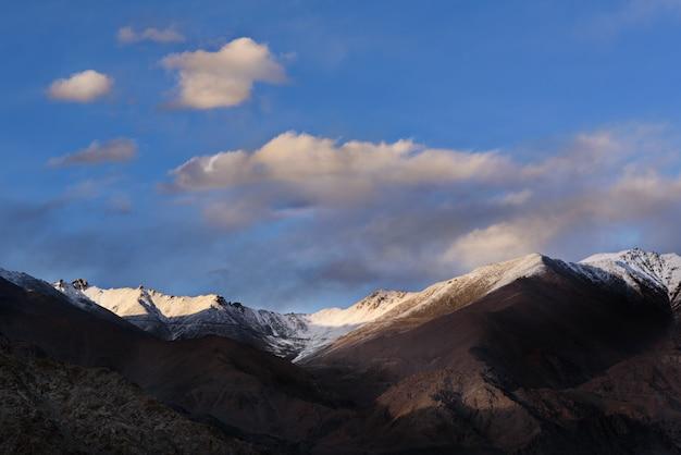 La montagne himaraya avec ciel bleu Photo Premium