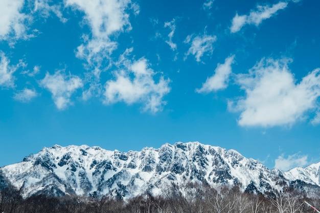 Montagne de neige et ciel bleu Photo gratuit