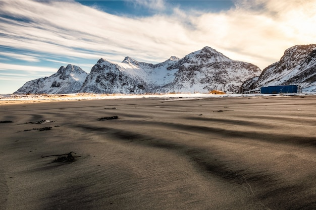 Montagne de neige avec des sillons de sable le matin à skagsanden Photo Premium