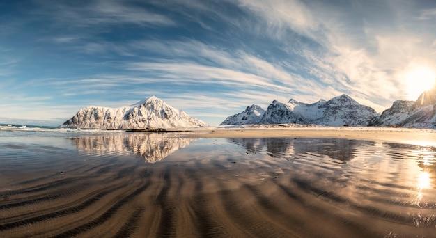 Montagne de neige avec des sillons de sable sur la plage de skagsanden Photo Premium