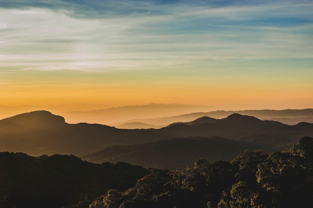 Montagnes au coucher du soleil Photo gratuit