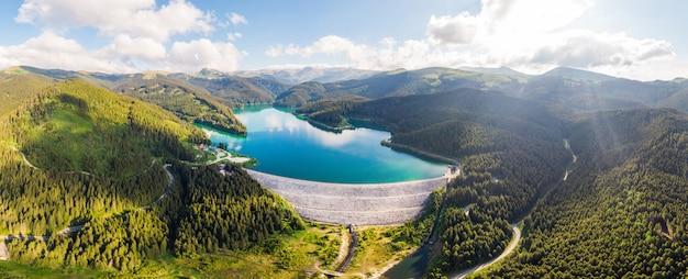 Montagnes bucegi et lac en roumanie Photo Premium