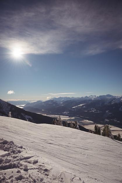 Montagnes Couvertes De Neige En Hiver Photo gratuit