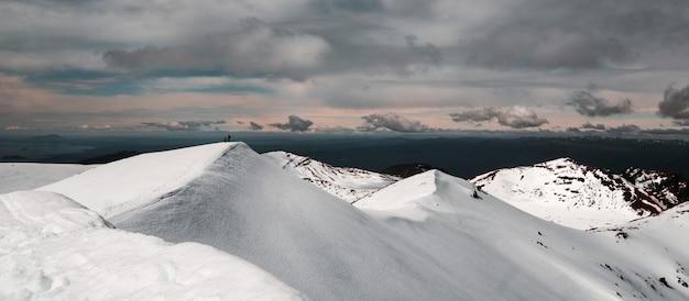 Montagnes Couvertes De Neige Sous Un Ciel Nuageux Photo gratuit