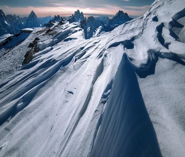 Montagnes à Dolomiten, Alpes Italiennes Couvertes D'une épaisse Couche De Neige Photo gratuit