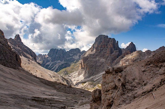 Montagnes de pierre dans les alpes avec des nuages Photo Premium