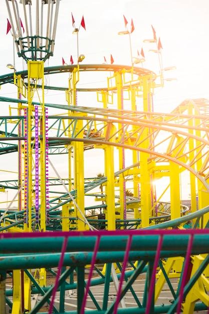 Montagnes russes au parc d'attractions Photo gratuit