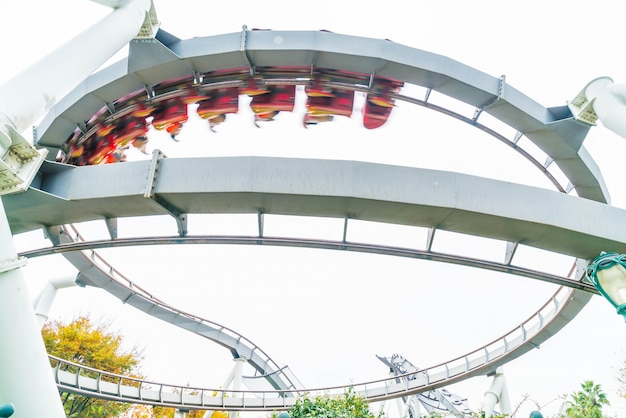 Montagnes russes dans le parc thématique à osaka, au japon. Photo Premium