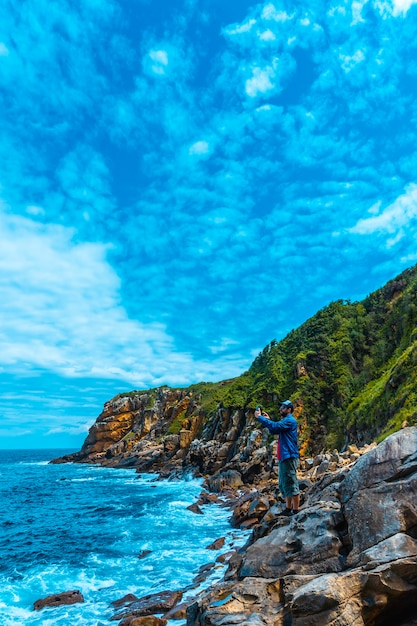 Monte Ulia Dans La Ville De San Sebastián, Pays Basque. Visitez La Crique Cachée De La Ville Appelée Illurgita Senadia Ou Illurgita Senotia. Prendre Une Photo Avec Le Mobile, Photo Verticale Photo Premium