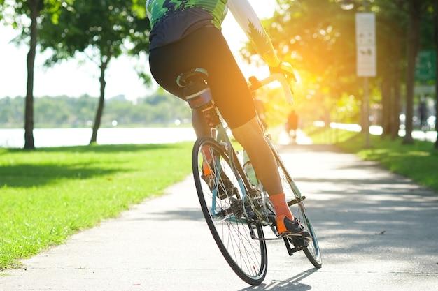 Montez à vélo sur la route dans le parc de la ville. sport et concept de vie active en été Photo Premium
