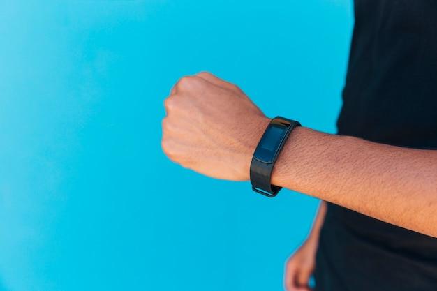 Montre intelligente sur le bras d'un homme Photo gratuit